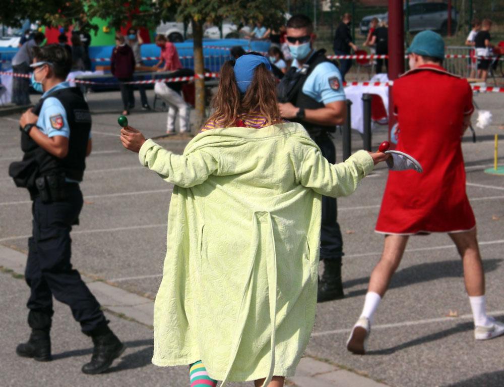 un clown face à un gendarme
